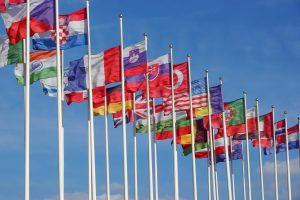 Флаги стран Мира, развевающиеся на ветру на фоне облачного неба